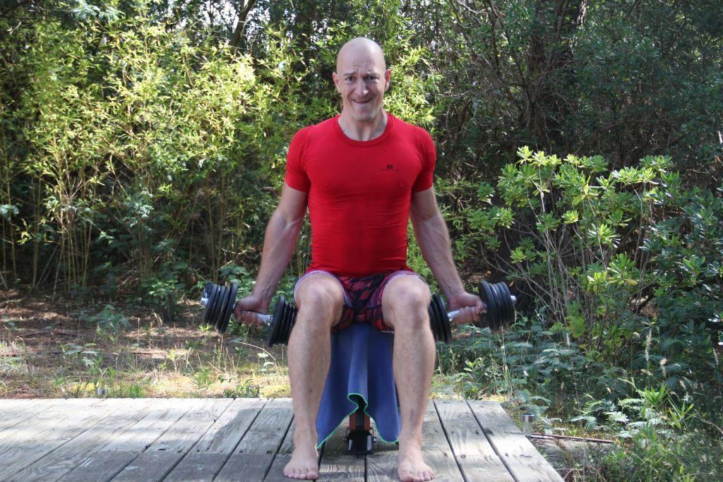 Curl supination assis unilatéral alterné avec haltères