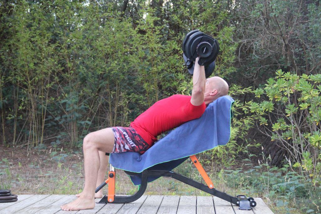 D velopp inclin avec halt res pour muscler les pectoraux - Developpe incline avec halteres ...