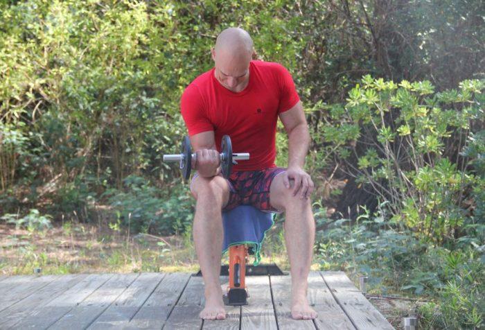 Curl poignet assis unilatéral avec haltère