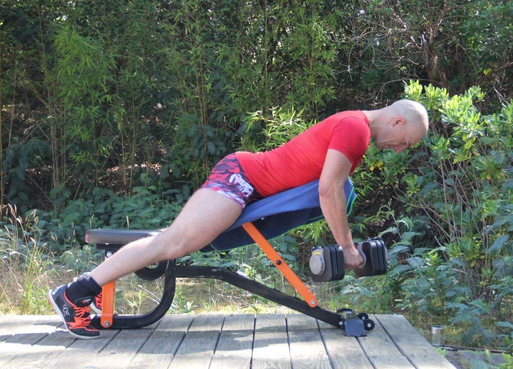 Rowing sur banc légèrement incliné avec haltères