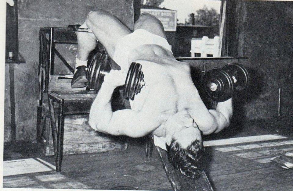 John Grimek au développé décliné avec haltères